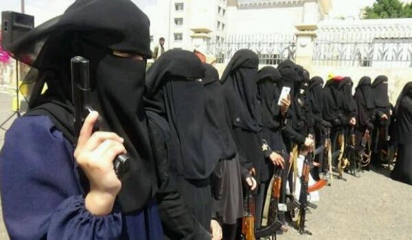 «الحوثي» يهدد المعلمات ويجبرهن على «حمل السلاح»