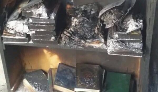 شاهد بالفيديو.. مليشيا الحوثي تحرق مسجد في «ذمار» بعد ان رفض الأهالي خطيبهم ومشاهد المصاحف محترقة تستفز اليمنيين