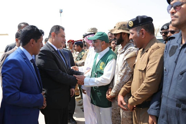 شاهد - رئيس الحكومة وعدد من الوزراء يعودون الى اليمن ويزورون المهرة