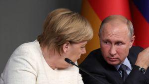 ميركل تحرج بوتين بسؤال شخصي!