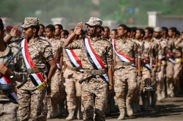 شاهد : قوة عسكرية مدربة تلتحق بجيش الشرعية وتستعرض مهاراتها القتالية