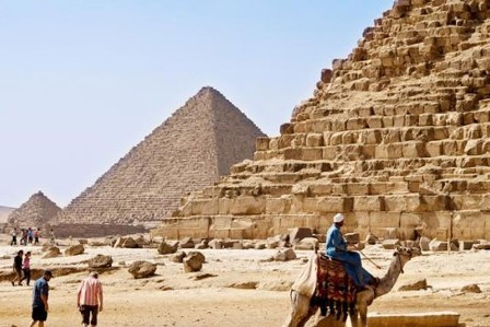 مصر تكشف لأول مرة لغز نقل أحجار الأهرامات الضخمة