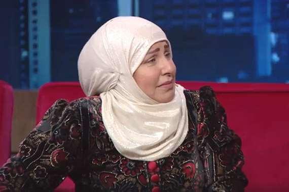 فنانة  شهيرة تبكي في لقاء تلفزيوني ..أريد المسجد النبوي - شاهد