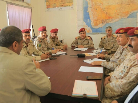 بعد تجدد تصعيد «المليشيات».. قيادات عسكرية رفيعة تعقد اجتماعاً مفاجئاً بـ«مـأرب»