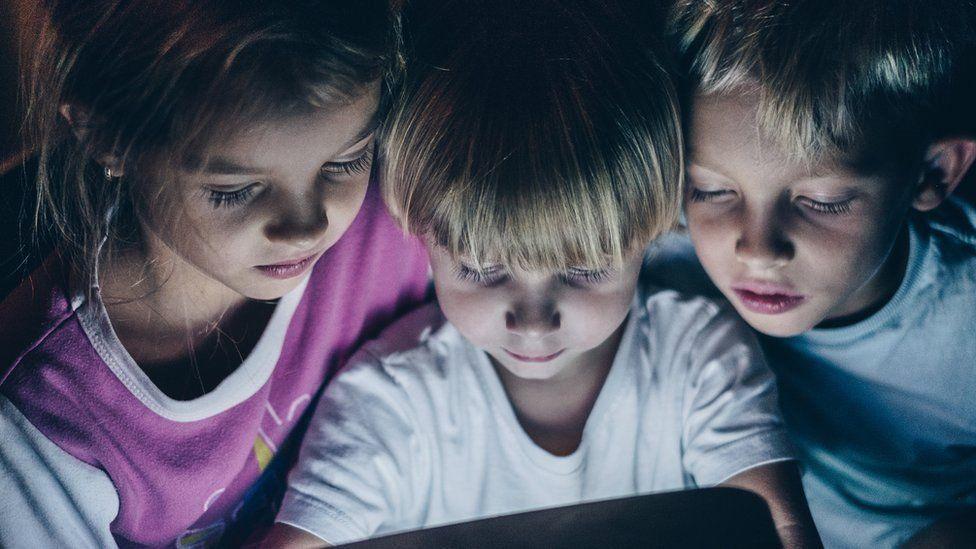 هل نقلق من استخدام الأطفال الهواتف الذكية والكمبيوتر؟
