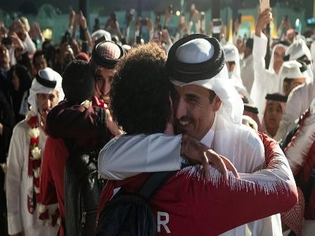 موقف غريب من أمير قطر تجاه قائد منتخب بلاده