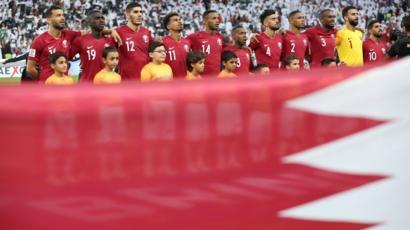 هكذا عاقبت الإمارات مواطن بريطاني ارتداء قميص المتتحب القطري