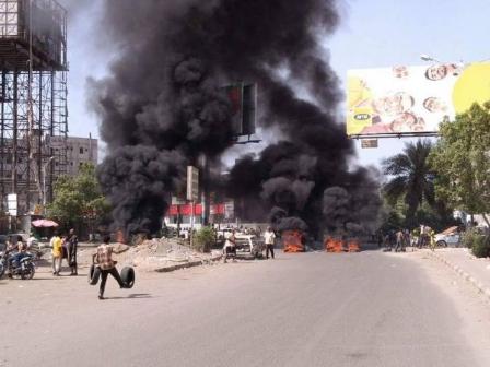 الشرعية تتخذ تدابير عاجـلة لإحتواء موجـة الاحتجاجات العارمة «بعـدن»