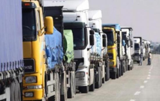 أكثر من «30» شاحنة تعبر الحدود السعودية بإتجاه اليمن.. ماذا تحمل ؟
