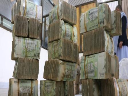 تدخل سعودي جديد لإنقاذ الريال اليمني و«حافظ معياد» يؤكد وصول أول دفعة الى خزائن البنك المركزي بـ«عدن»