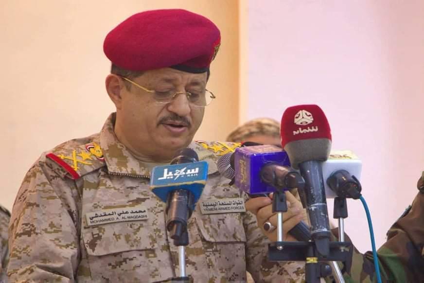 وزير الدفاع يتحدث للاعلاميين عن معركتين ويوجه دعوة للشعب