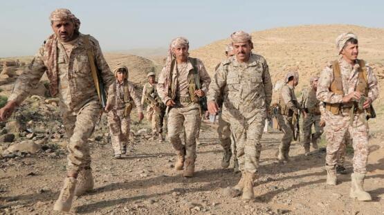 قائد المنطقة العسكرية السابعة يعيش ايام   العيد  مع مقاتليه المرابطين في الخطوط الأمامية بنهم