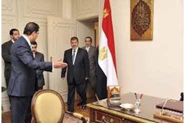 نجل  مرسي ينشر صورة مؤثرة من مكتب والده تهز تويتر