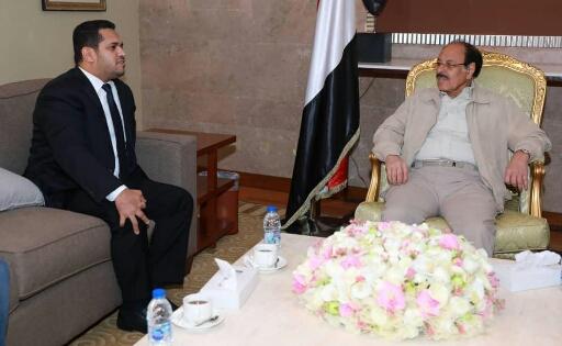 علي محسن يشدد على وزير في الحكومة تنفيذ توجيهات رئاسية والأخير يقدم له تقريرا