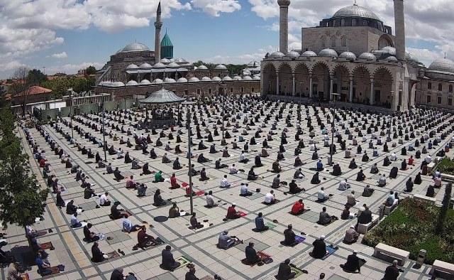 شاهد صور مذهلة لأول صلاة للجمعة  في تركيا بعد 74 يوما من توقفها بسبب كورونا