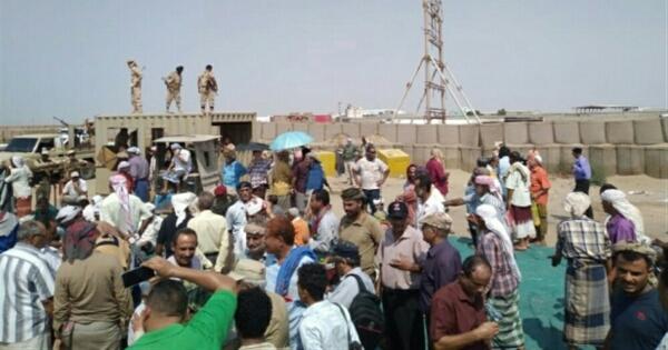 عسكريون جنوبيون يغلقون بوابة مقر التحالف العربي بعدن