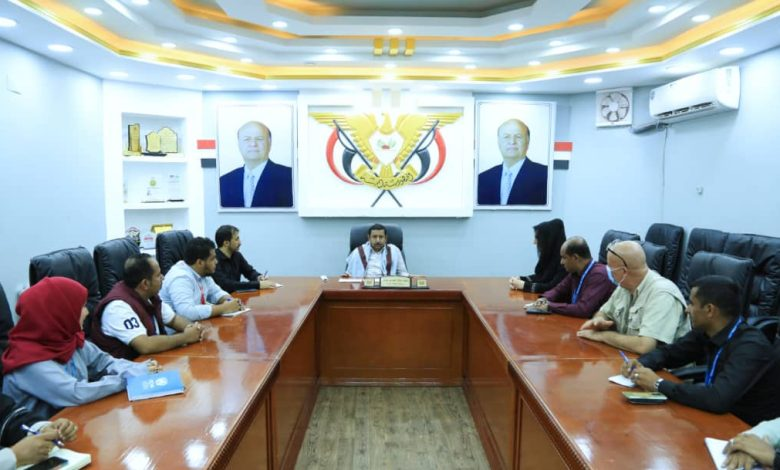 محافظ شبوة يطالب ممثلي المنظمات الدولية بتوسيع تدخلاتها الإنسانية بالمحافظة